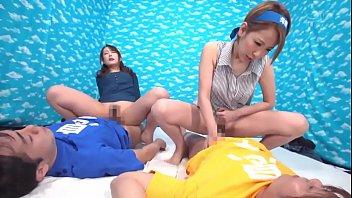 Подруги в спортивном зале занимаются зарядкой в обнаженном виде