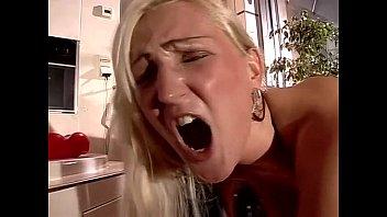 Молодой юноша лижет дырку шлюхи-блондинки и пердолит её на стуле