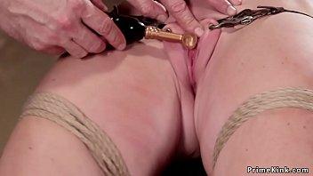 Блондинистая красотуля в черных нейлоновых чулках безопасно приняла в киску член