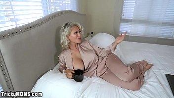 Шлюха-блондинка с большими сиськами достает кремпай в пизду