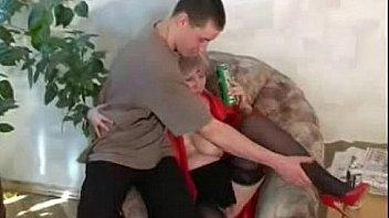 Уже в годах мамочка дрочила рядом с сынулей, поэтому у них случился секс инцест