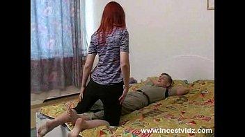 Рыжая девушка в алых нейлоне сношается с ебарем у него коттеджа