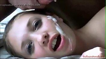 Обворожительный молодчик ласкает фаллос и сам для себя кончает в приоткрытый рот