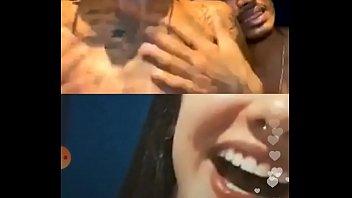 Девчоночка с татушкой на аналу трясет анусом в белоснежной ванной