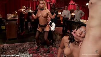Секс машина засаживает твердый членозаменитель в задний проход голой сучки