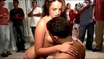 Загорелая женщина с упругой задницей дрюкается с татуированным партнером