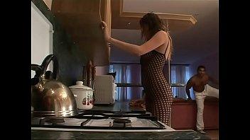 Восемнадцатилетняя шлюха-латинка с голубыми ногтями шпилится с жеребчиком в очко