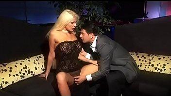 Сладкую блондинку-шлюху проститутку дуэтом отшпилил в пизду и попка