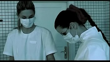 Созрелая зрелая брюнетка в костюме шлюхи-медсестры гладит своё пышное тело ладонями