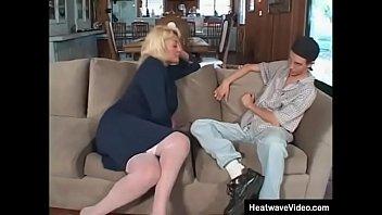 Шлюха-блондинка с охуенной попкой заставила молодого человека кончить 2 раза подряд