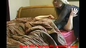 Муж с мохнатым пузом трахает жену в чулочках в манду