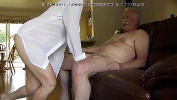 Полная чернокожая шлюха мастурбирует пилотку на вебку