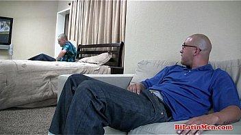 Русская шлюха имитирует секс и дрочку члена