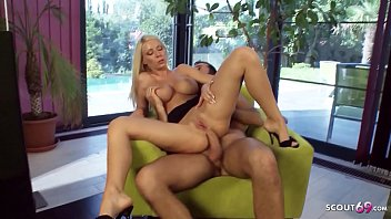 Мамашу и юную блондинку-шлюху парнишка по очереди трахает на диванчика