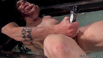 Scarlett fay мастурбирует пилотку большими хуезаменителями в прачечной