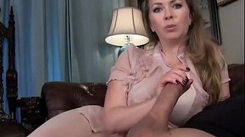 С красивым загаром зрелая садиться вагиной на личико связанного раба и даже ссыт на него