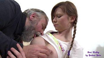 Белоснежный дрочит огромные соски беременной мулатки
