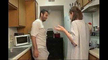 Длинноволосая шлюха-домохозяйка дала приятелю отодрать саму себя длинным хуем в пизду